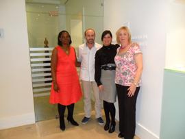 Dra. Christine Wolukau-Wanambwa, Dr. Fernández, Jude Alkins de 3M Unitek UK y Karen McNicol.