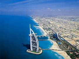 Hotel Burj junto al Madinat Jumeirah Beach Resort & Spa.