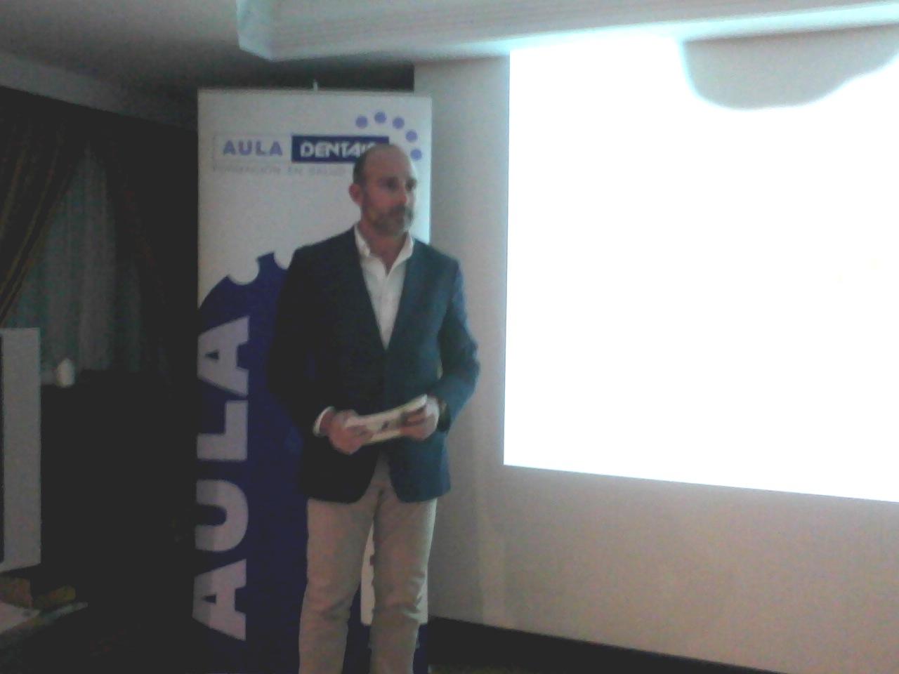 Dr. Leandro Fernández impartiendo la sesión clínica.