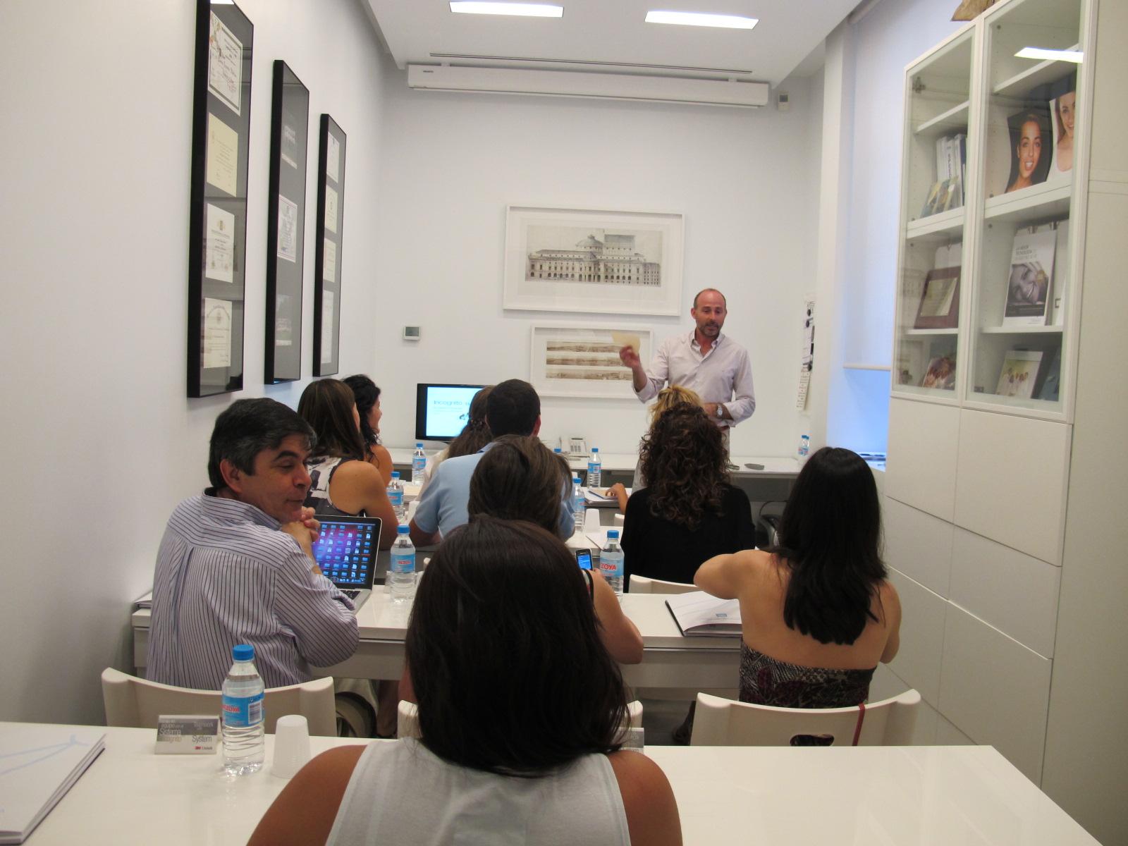 Dr. Fernández impartiendo la charla.