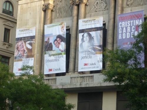 Despliegue sobre la fachada de Calle de Alcalá.