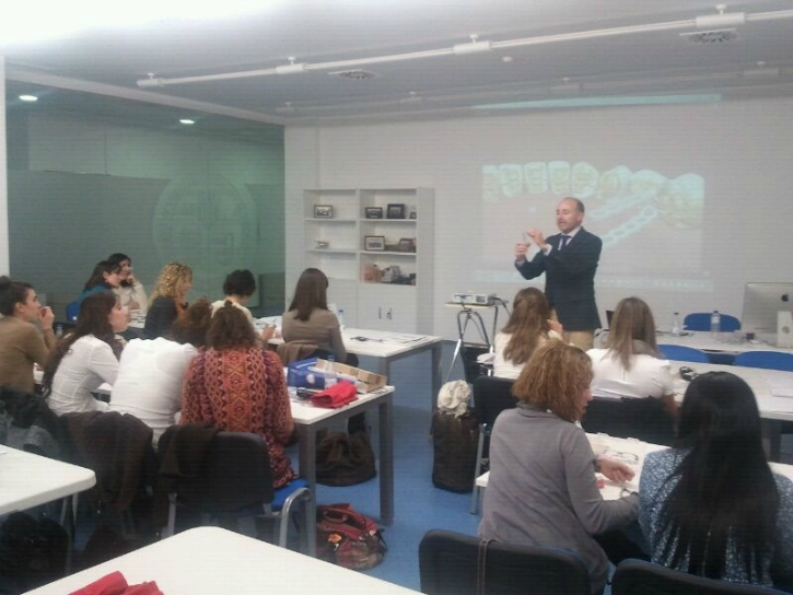 Dr. Leandro Fernández impartiendo su clase.