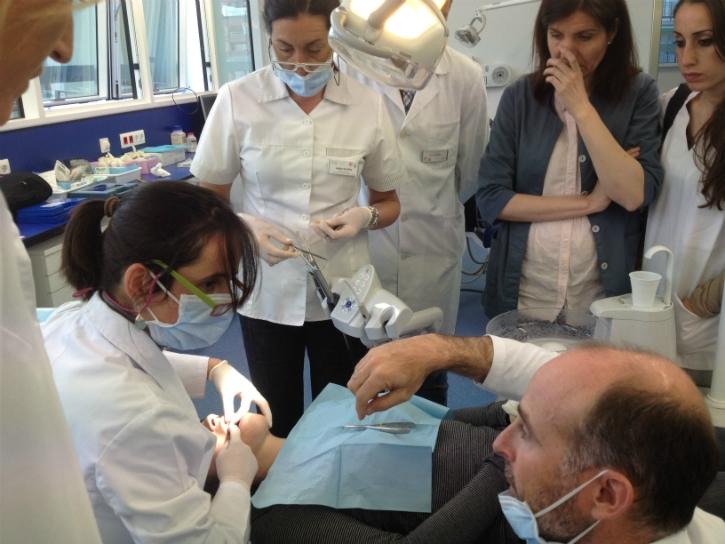Dr. Leandro Fernández cementando con alumnos 02.