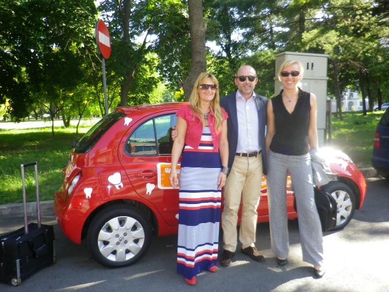 El Dr. Leandro Fernández junto a Ligia Florea, representante de 3M en Rumanía y Tatjana Buschermoehle de Top Service.