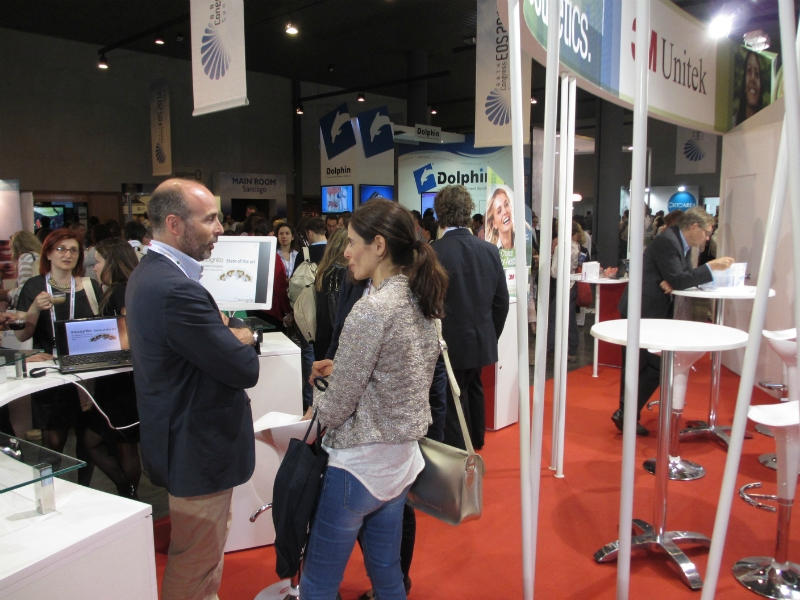 Dr. Leandro Fernández with orthodontists at the 3M stand.