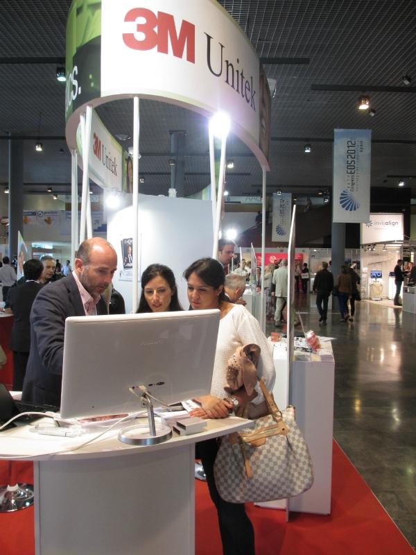 Dr. Leandro Fernández con ortodoncistas en el stand de 3M II.