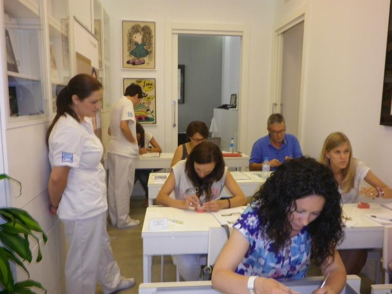 Los participantes ejecutando la práctica sobre tipodontos I.