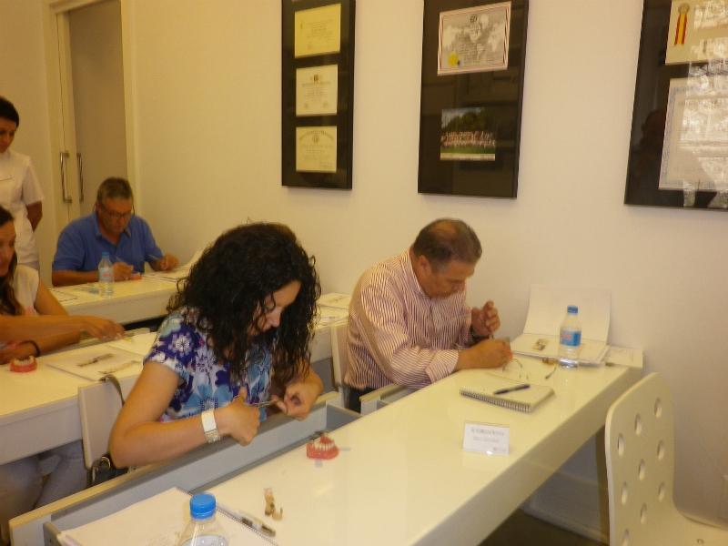 Los participantes ejecutando la práctica sobre tipodontos II.