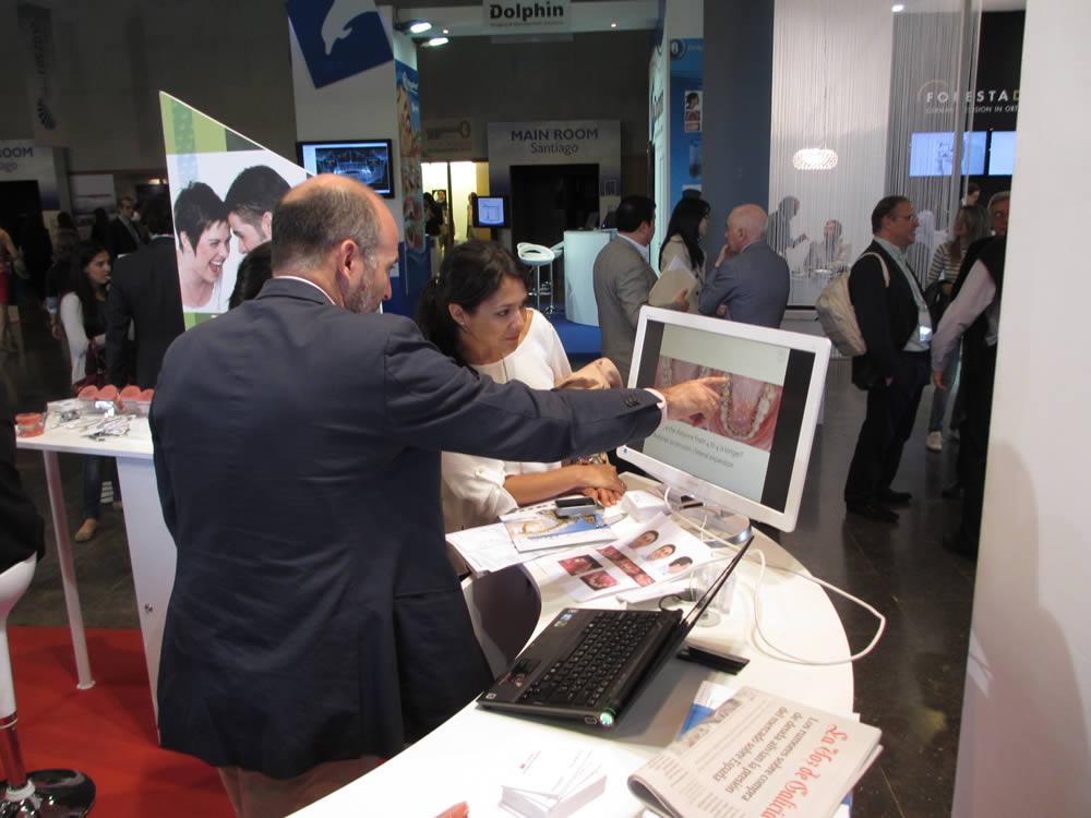 Dr. Leandro Fernández departiendo con asistentes a la EOS.