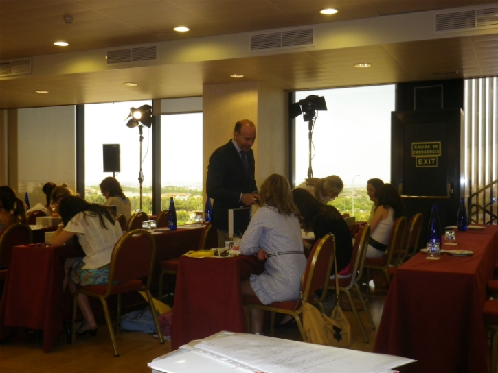 Dr. Leandro Fernández supervisando la sesión práctica.