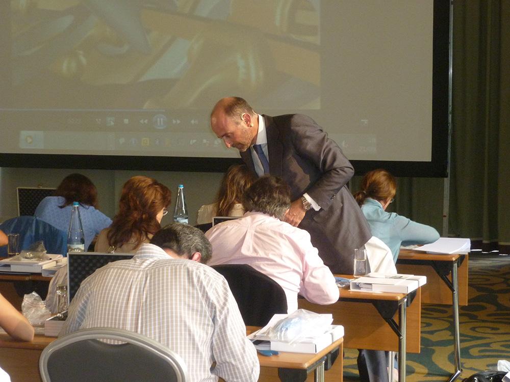 Dr. Leandro Fernández asistiendo a los participantes en la parte práctica.